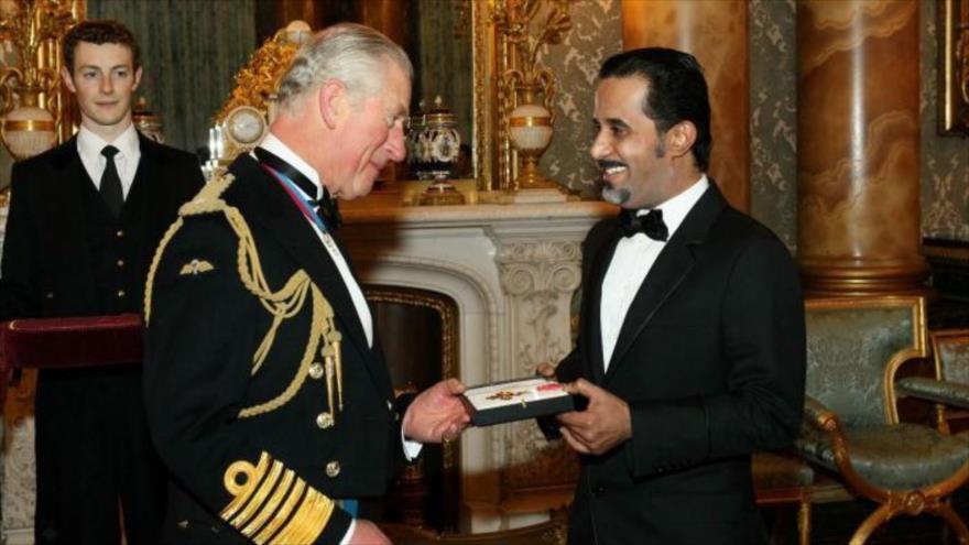 El Príncipe Carlos entrega el título de caballero al empresario saudí Mahfouz Marei Mubarak bin Mahfouz en el Palacio de Buckingham en 2016.