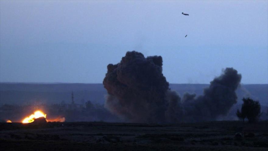 Un avión militar de EE.UU. bombardea la ciudad de Al-Baghuz, en Siria. (Foto: AFP)