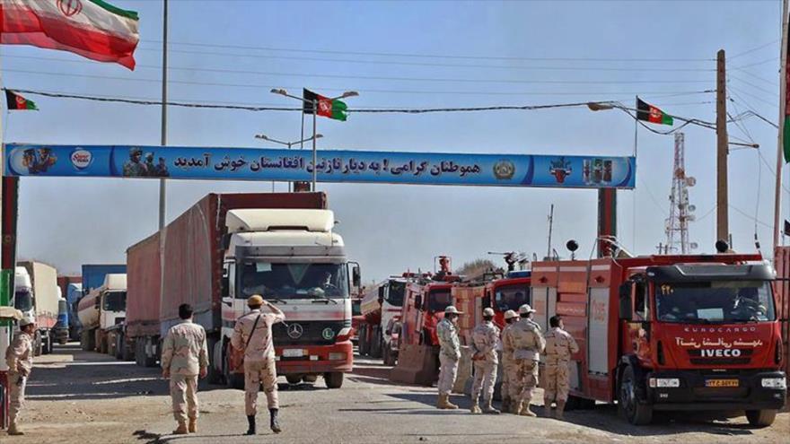 Un guardia fronterizo revisa los documentos de tránsito en un puesto de control entre Irán y Afganistán.