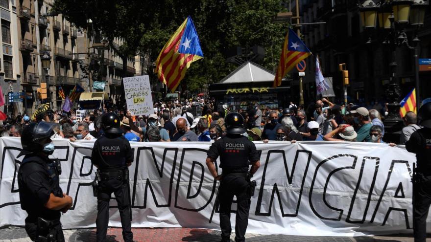 Independentistas catalanes durante una protesta en Barcelona, 21 de junio de 2021. (Foto: AFP)