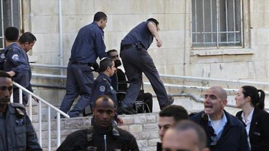 Guardias israelíes llevan a un palestino retenido. (Foto: Reuters)