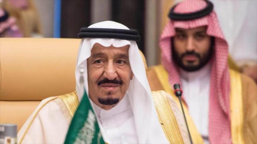 El rey saudí, Salman bin Abdulaziz Al Saud (izda.), y el príncipe heredero saudí, Muhamad bin Salman, en un acto en Riad.
