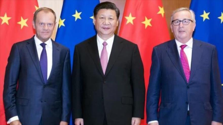 El presidente chino, Xi Jinping, posa entre dos altos cargos políticos de la Unión Europea (UE), en Pekín, 16 de 2018. (Foto: Xinhua)