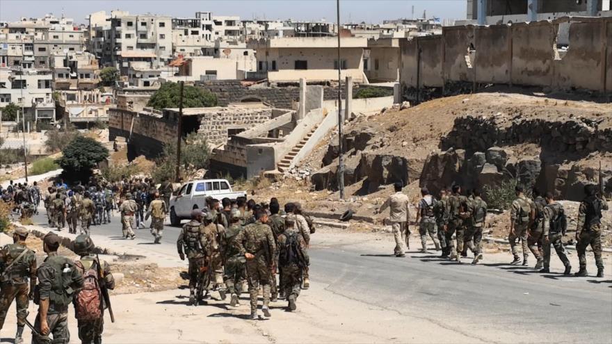 Fuerzas sirias entran en la zona de Daraa al-Balad, en el sur de la ciudad de Daraa, 8 de septiembre de 2021. (Foto: AFP)