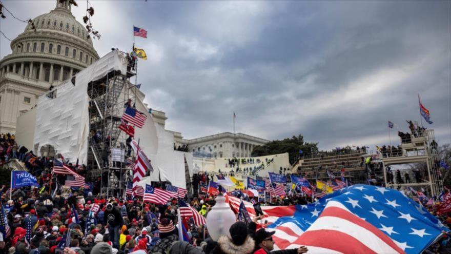 Partidarios del presidente Donald Trump se paran frente al Capitolio de EE.UU., 6 de enero de 2021 en Washington. (Foto: AP)