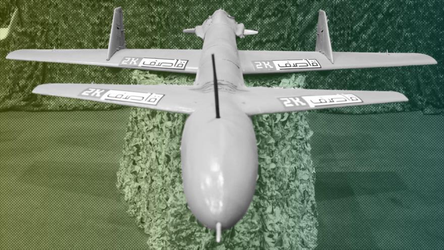 Un dron yemení tipo Qasef-2K en una exhibición militar.