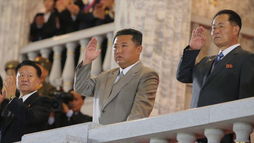 Vídeo: Kim Jong-un lidera un desfile militar nocturno 'sin misiles'