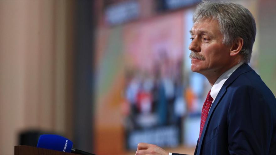 El portavoz de la Presidencia rusa, Dmitri Peskov, habla en un mitin.