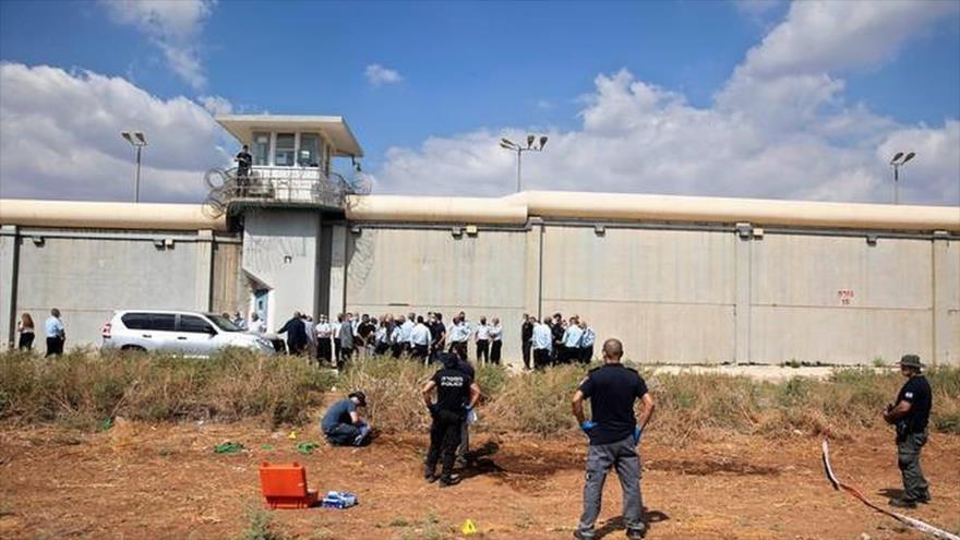 Fuerzas israelíes investigan presuntas pruebas relacionadas con la fuga de los presos palestinos fuera de la prisión Gilboa, 6 de septiembre de 2021.