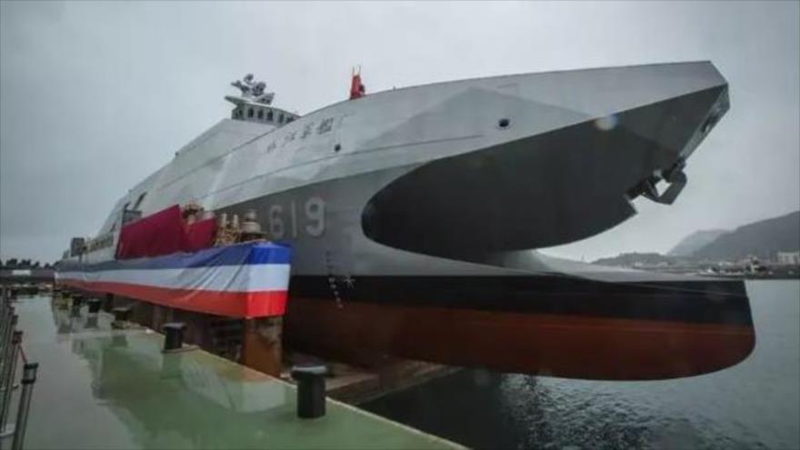 """La corbeta de fabricación taiwanesa, apodada """"asesino de portaviones"""" en su puesta en servicio en la base naval de Suao, 9 de septiembre de 2021. (Foto: AP)"""