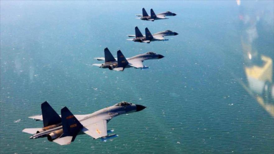 Cazas chinos en una maniobra aérea sobre el Mar de la China Meridional.