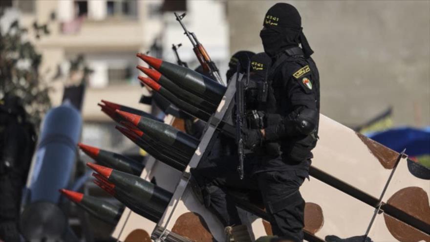 Combatientes del brazo armado de la Yihad Islámica Palestina en un desfile con cohetes en Gaza, 29 de mayo de 2021. (Foto: AFP)