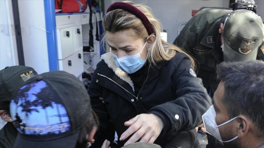 Jeanine Áñez, expresidenta de facto de Bolivia, escoltada por las fuerzas de seguridad.
