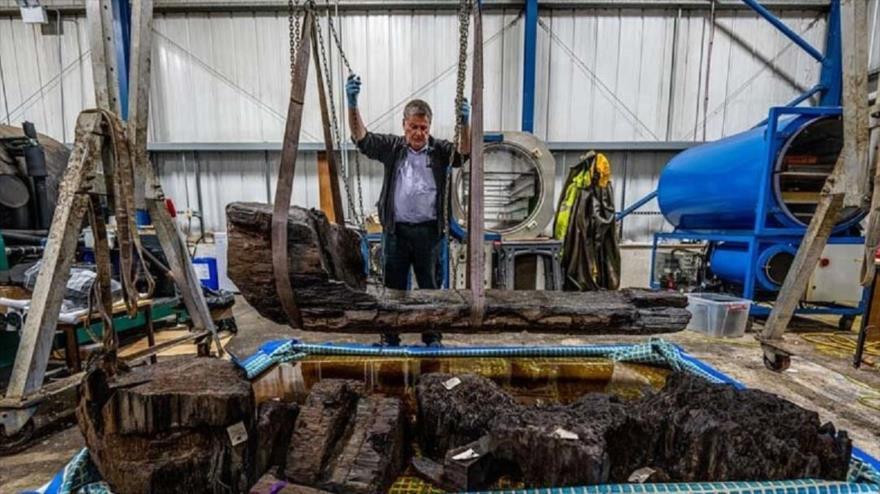 Trabajadores encuentran en el fondo del golf Tetney, en el Reino Unido, un antiguo ataúd tallado del tronco de un roble hace unos 4000 años.