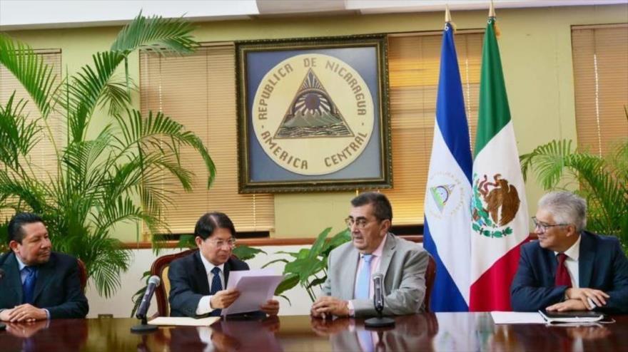 Embajador de México Gustavo Cabrera (2.º a dcha.) durante el acto de presentación de cartas credenciales al canciller de Nicaragua, Denis Moncada (2.º a izq.).
