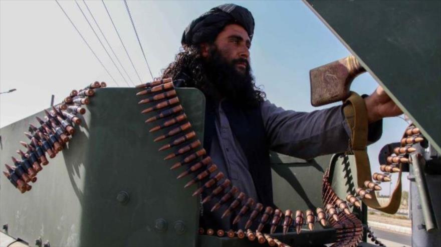 Un miembro de Talibán en un desfile con armas estadounidenses en el territorio afgano, 1 de septiembre de 2021. (Foto: ٍEfe)
