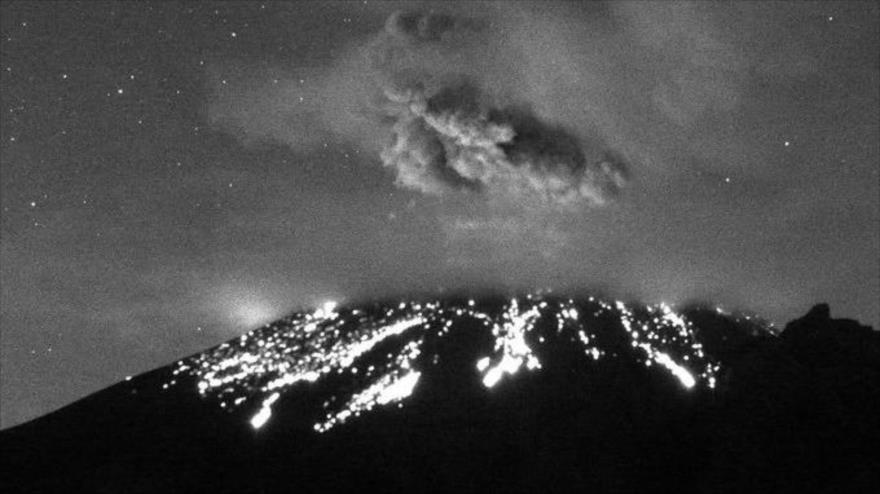 Vídeo: Volcán Popocatépetl entra en erupción y lanza fumarola