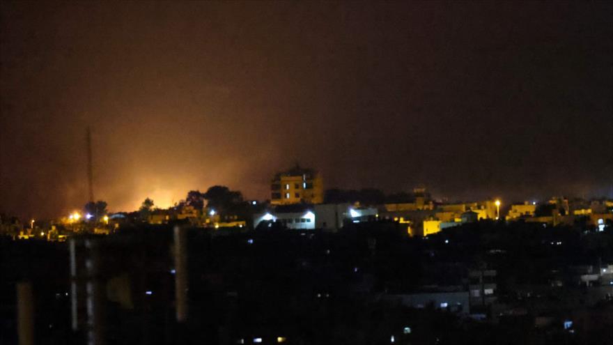 Fuego se eleva tras los ataques aéreos israelíes en la ciudad de Rafah, en el sur de Gaza, 12 de septiembre de 2021. (Foto: AFP)