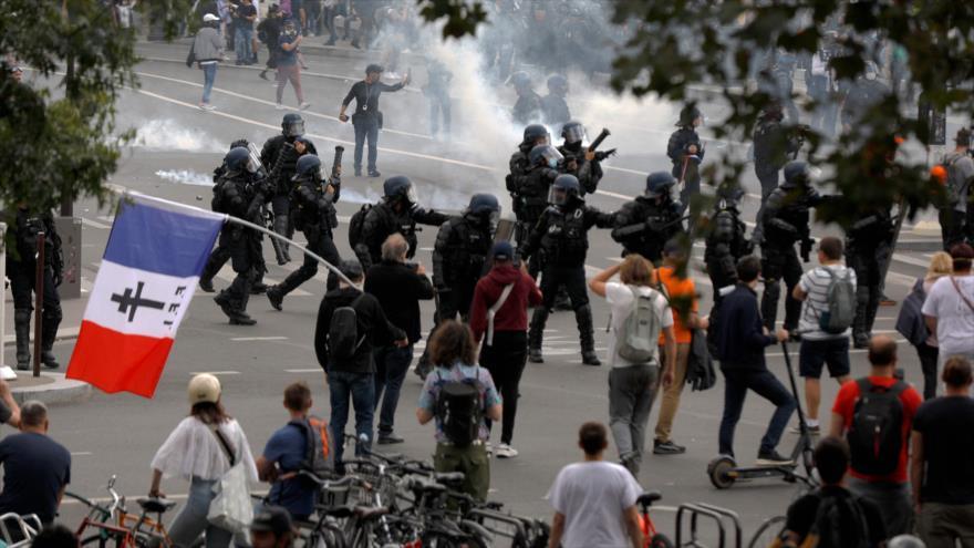 Marchas contra pasaporte sanitario terminan en disturbios en París