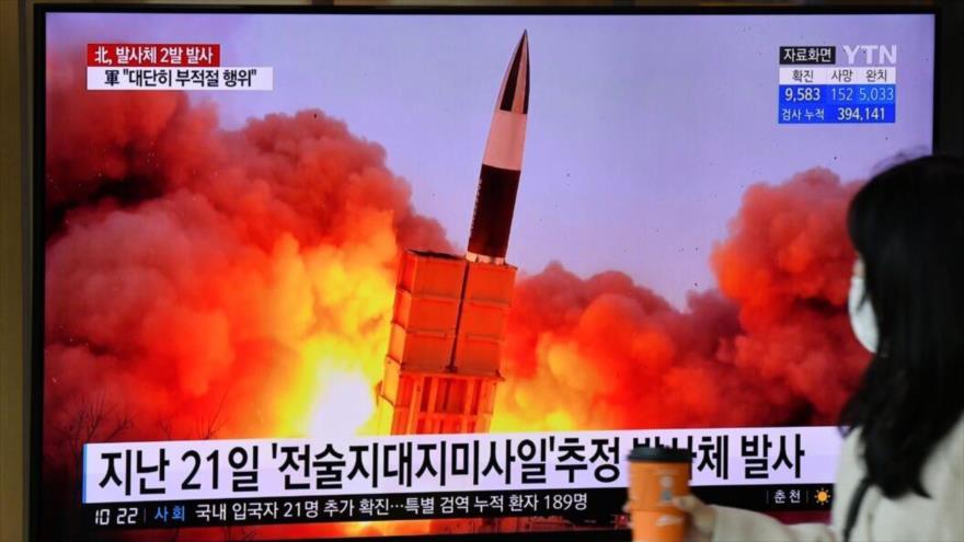 Una pantalla en Seúl, la capital surcoreana, muestra el momento del lanzamiento de un misil por Corea del Norte.