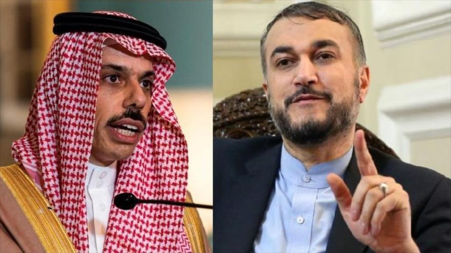 El canciller iraní, Hosein Amir Abdolahian (dcha.), y su par saudí, Faisal bin Farhan Al Saud.