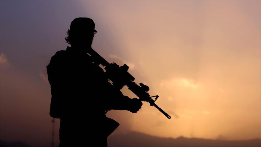 Un combatiente del grupo armado Talibán en Kabul, la capital de Afganistán, 12 de septiembre de 2021. (Foto: AFP)