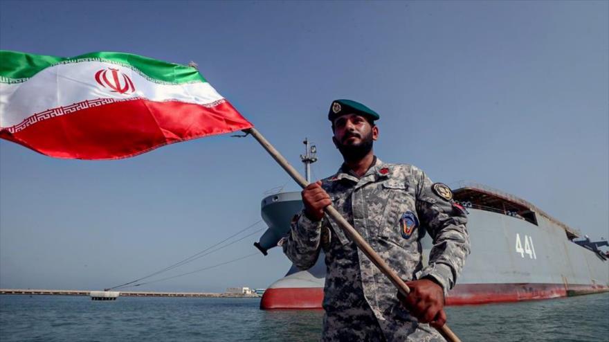 Un militar de la Marina iraní celebra regreso de 75.ª Flota Naval de la Armada tras navegar el Atlántico, 12 de septiembre de 2021. (Foto: defapress)