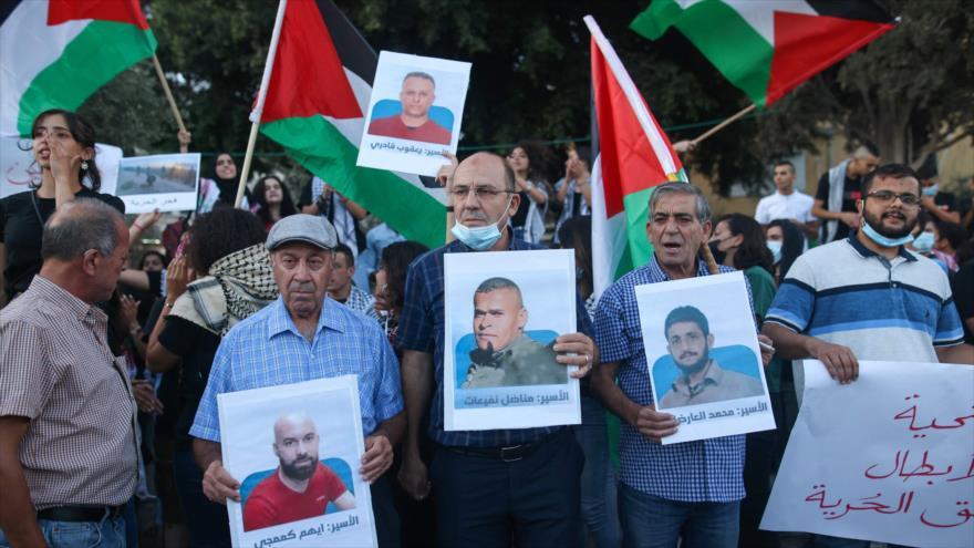 Manifestantes en la ciudad de Al-Nasira apoyan a seis presos palestinos fugados de la prisión israelí de Gilboa, 11 de septiembre de 2021. (Foto: AFP)
