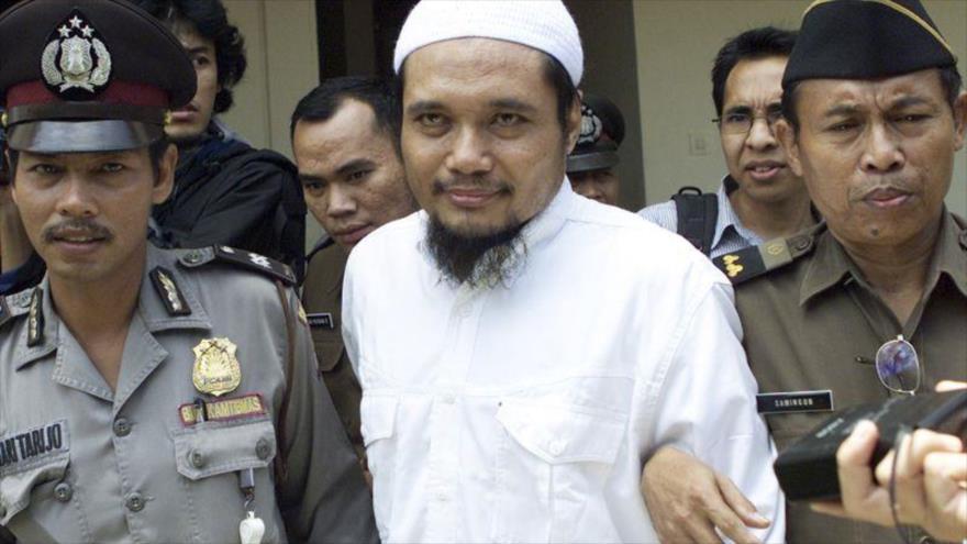 Abu Rusdan es escoltado por agentes de seguridad tras su juicio en un tribunal en Yakarta, capital de Indonesia, 3 de noviembre de 2003. (Foto: AP)