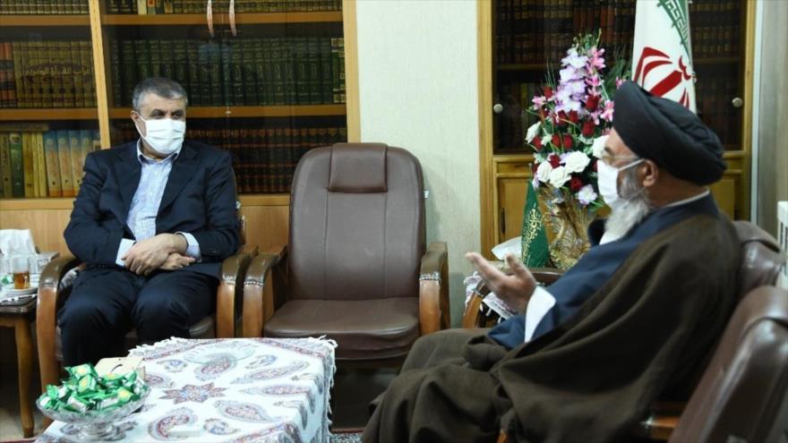 Mohamad Eslami, jefe de la Organización de Energía Atómica de Irán (izda.), y el ayatolá Seyed Yusef Tabatabaineyad, Isfahán, 13 de septiembre de 2021.