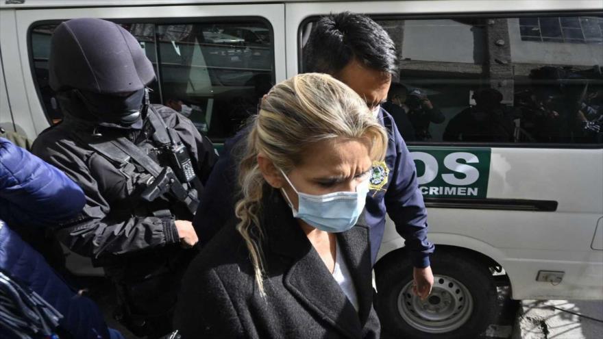 La expresidenta interina de Bolivia Jeannine Anez es escoltada por agentes de la Policía en La Paz, 13 de marzo de 2021. (Foto: AFP)