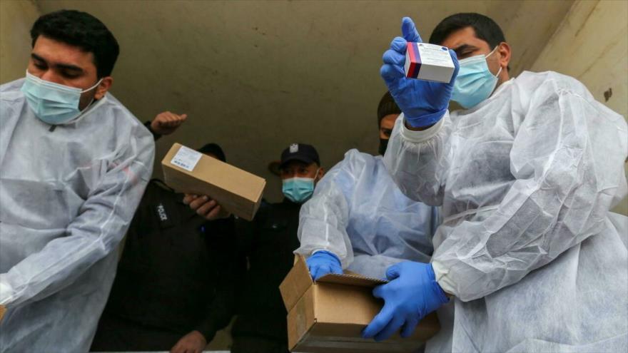 Trabajadores palestinos descargan el primer cargamento de vacunas Covid-19 en Gaza, Palestina, 17 de febrero de 2021. (Foto: Reuters)