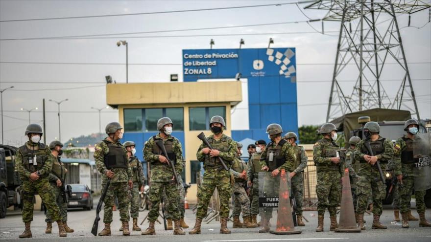Las fuerzas ecuatorianas frente a una cárcel en Guayaquil en el suroeste de Ecuador. (Foto: Reuters)