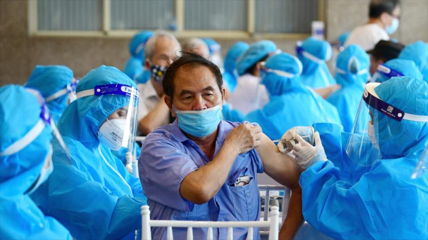 Un hombre recibe la vacuna contra el coronavirus en Hanói, capital de Vietnam, 10 de septiembre de 2021. (Foto: AFP)
