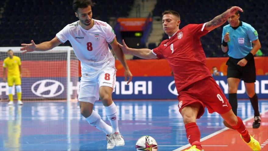 Jugadores de Irán y Serbia en el primer partido de Fútsal del Mundial 2021, Lituania, 14 de septiembre de 2021.