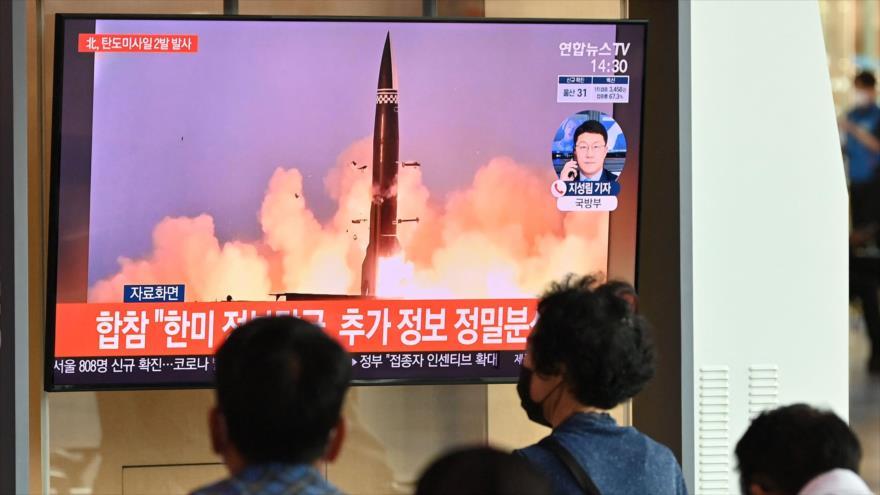 Una pantalla en Seúl (capital surcoreana) muestra el momento del lanzamiento de un misil norcoreano, 15 de septiembre de 2021. (Foto: AFP)