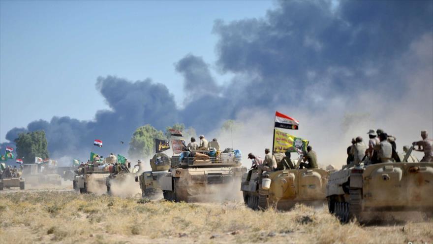 Las Unidades de Movilización Popular y el Ejército iraquí conducen vehículos blindados en las afueras de Al-Hawija, 4 de octubre de 2017. (Foto: Reuters)