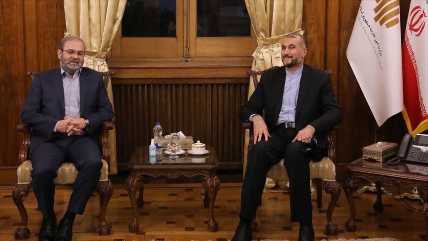 El canciller iraní, Hosein Amir Abdolahian (dcha.), y el representante de Hezbolá en Irán, Abdulá Safi al-Din, en una reunión en Teherán.