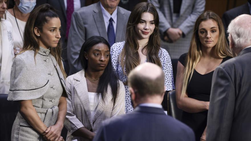 Gimnastas olímpicas Aly Raisman, Simone Biles, McKayla Maroney y Maggie Nichols, tras su testimonio contra Larry Nassar, 15 de septiembre de 2021. (Foto: AFP)