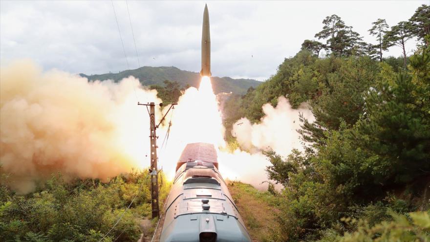 Simulacro de prueba de un sistema de misiles sobre raíles de Corea del Norte, 15 de septiembre de 2021. (Foto: AFP)