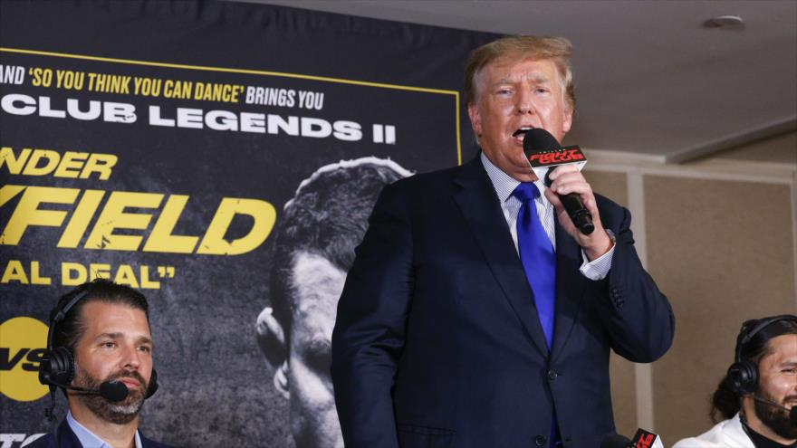El expresidente de EE.UU. Donald Trump habla al asistir a una pelea de boxeo en Florida, 11 de septiembre de 2021. (Foto: AFP)