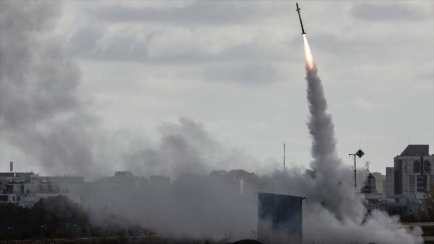El sistema antimisiles Cúpula de Hierro de Israel dispara para interceptar un cohete lanzado desde la Franja de Gaza hacia terrotorios ocupados.
