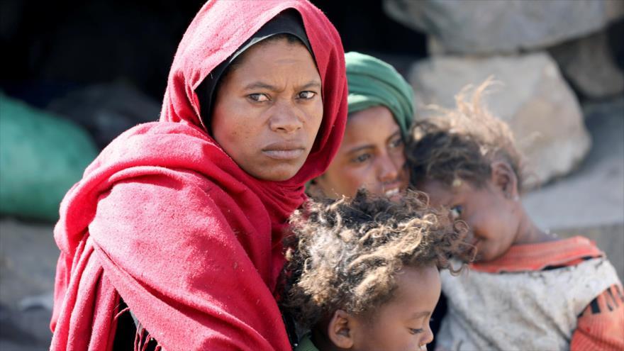 Una mujer, junto a sus hijos, en las afueras de Saná, capital de Yemen, 1 de marzo de 2021. (Foto: Reuters)
