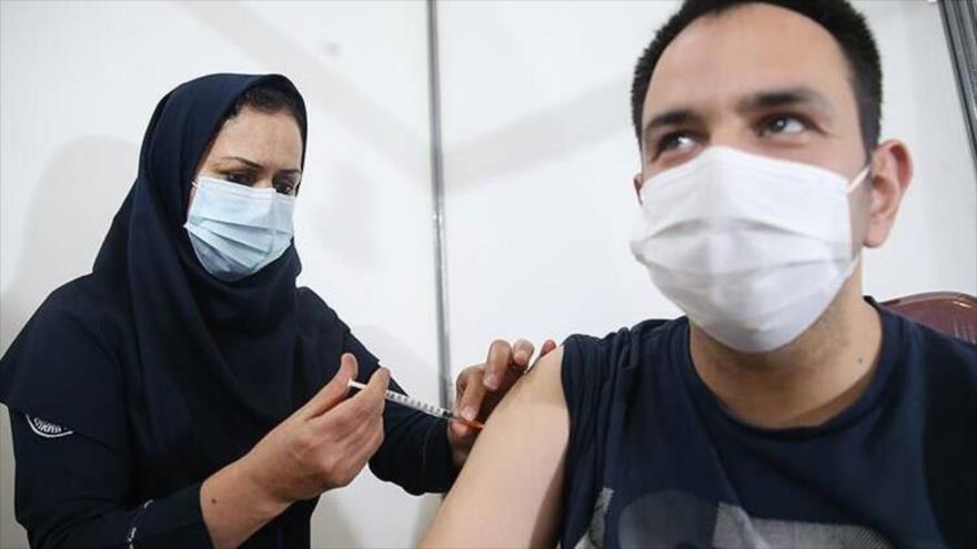 Un hombre iraní recibe la vacuna nacional COVIRAN Barekat. (Foto: Tasnim)