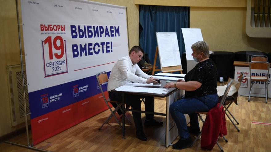 Miembros de una comisión electoral local preparan una mesa de votación para las elecciones de Duma de tres días en Moscú, 16 de septiembre de 2021. (Foto: AFP)