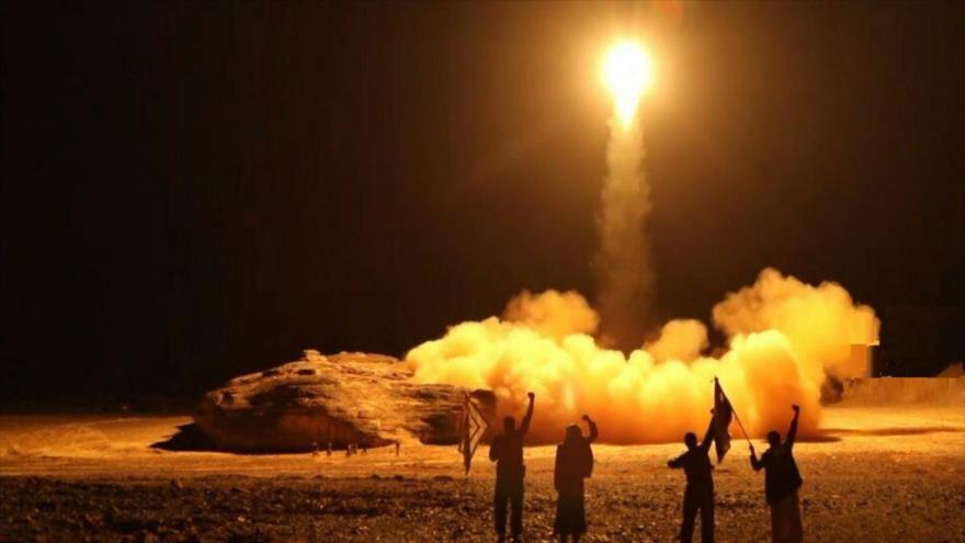 El momento de lanzamiento de un misil por parte de fuerzas yemeníes.