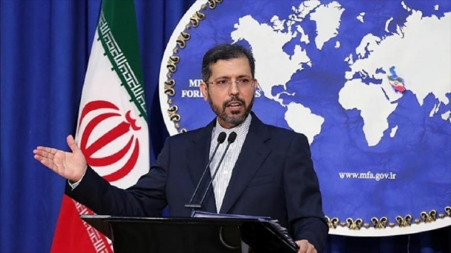 El portavoz de la Cancillería iraní, Said Jatibzade, habla con la prensa en Teherán, la capital.