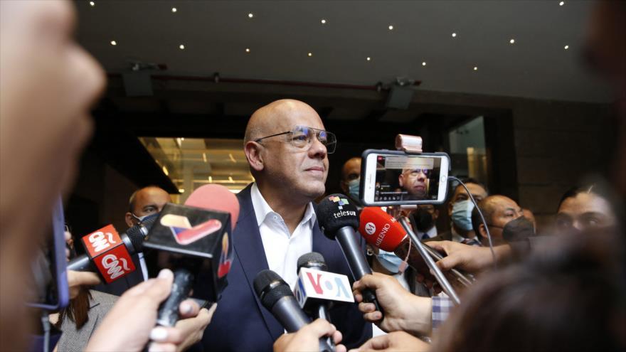 Jorge Rodríguez habla con la prensa frente al hotel donde se desarrolla diálogos intervenezolanos, México, 4 de septiembre de 2021. (Foto: AFP)