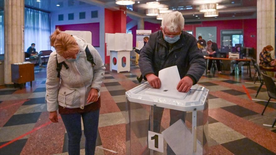 Un hombre emite su voto en los comicios de Duma de Rusia en Moscú, la capital rusa, 17 de septiembre de 2021. (Foto: AFP)