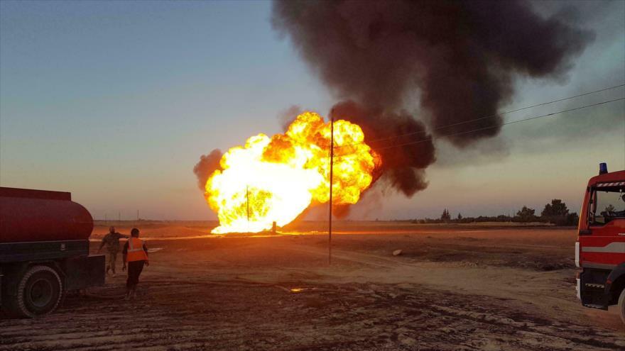 Bomberos apagan un oleoducto en llamas en el área de Damasco, la capital siria, 24 de agosto de 2020. (Foto: AFP)